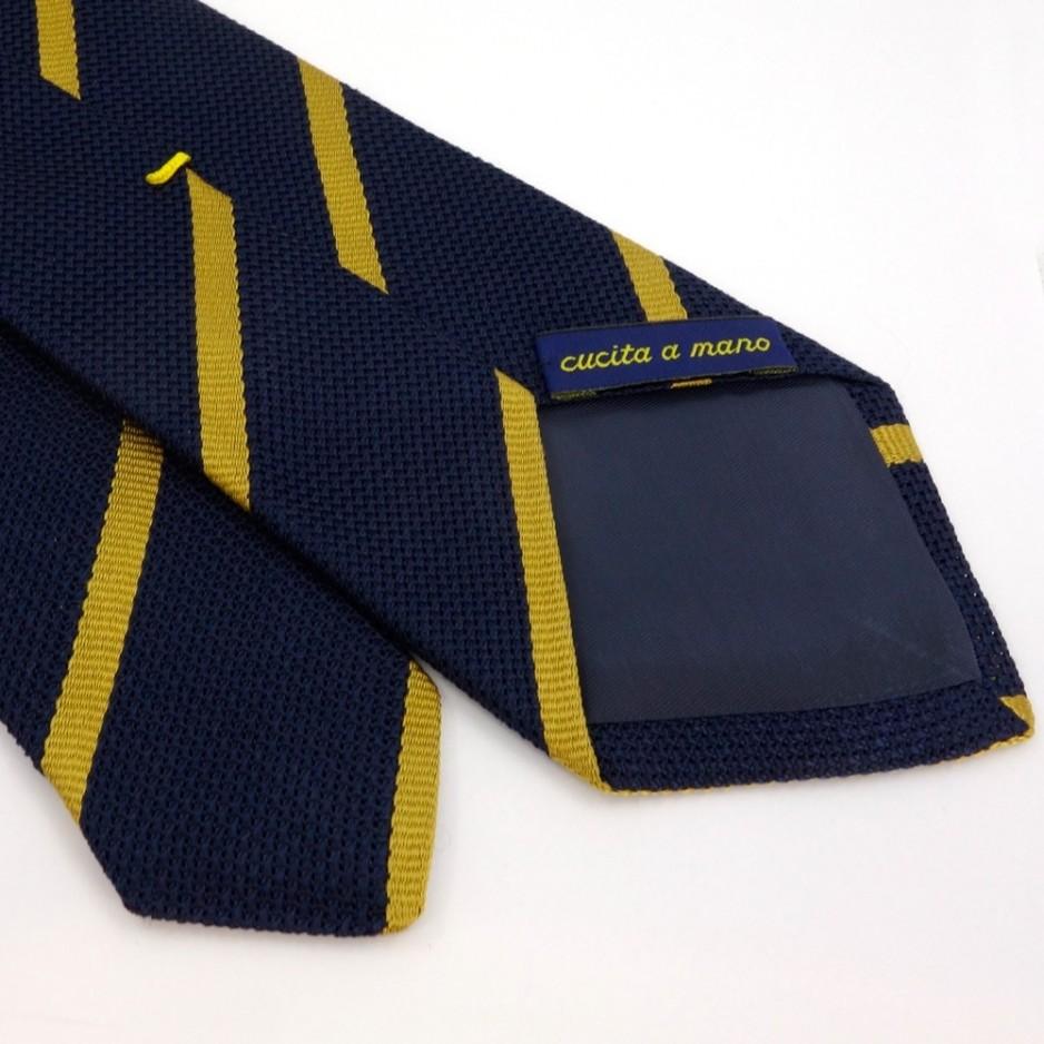 Cravate bleue à rayures jaunes