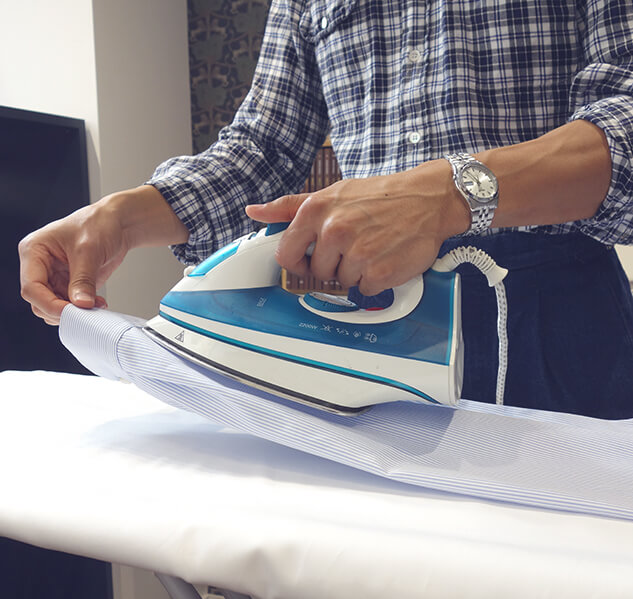 Repassage de plis poignets d'une chemise