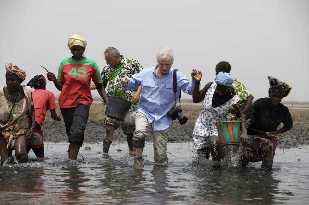 Yann Arthus Bertrand en Afrique avec une chemise Swann & Oscar