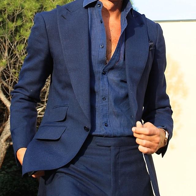 Sans cravate sur un costume business, à moins que vous soyez en villégiature sur la côte nous vous conseillons tout de même de reboutonner un bouton. © Absolute Bespoke