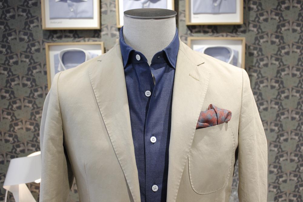 Sans cravate pour un look casual chic, contrastez avec une veste plus claire