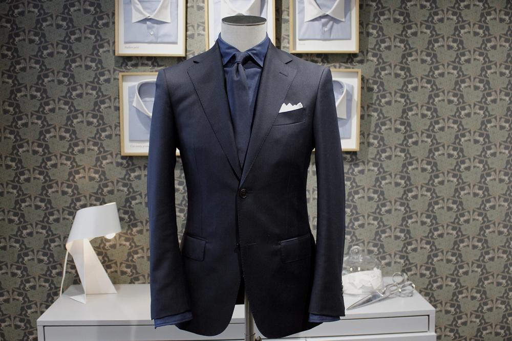 Pour une tenue de soirée, jouez sur le ton sur ton avec une cravate et un costume bleu marine