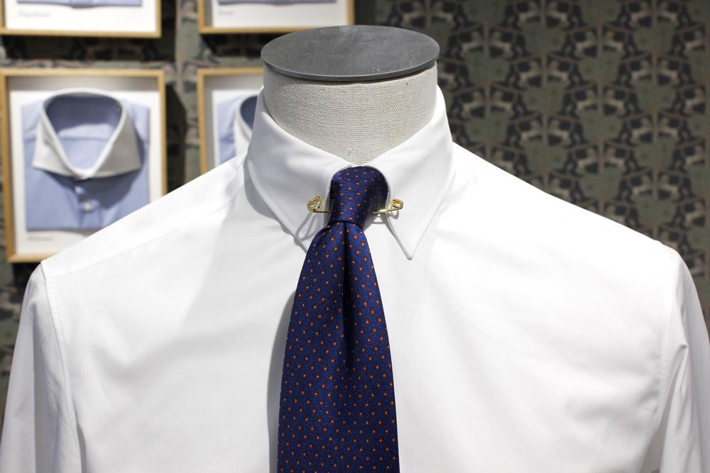col épinglé et cravate noeud simple
