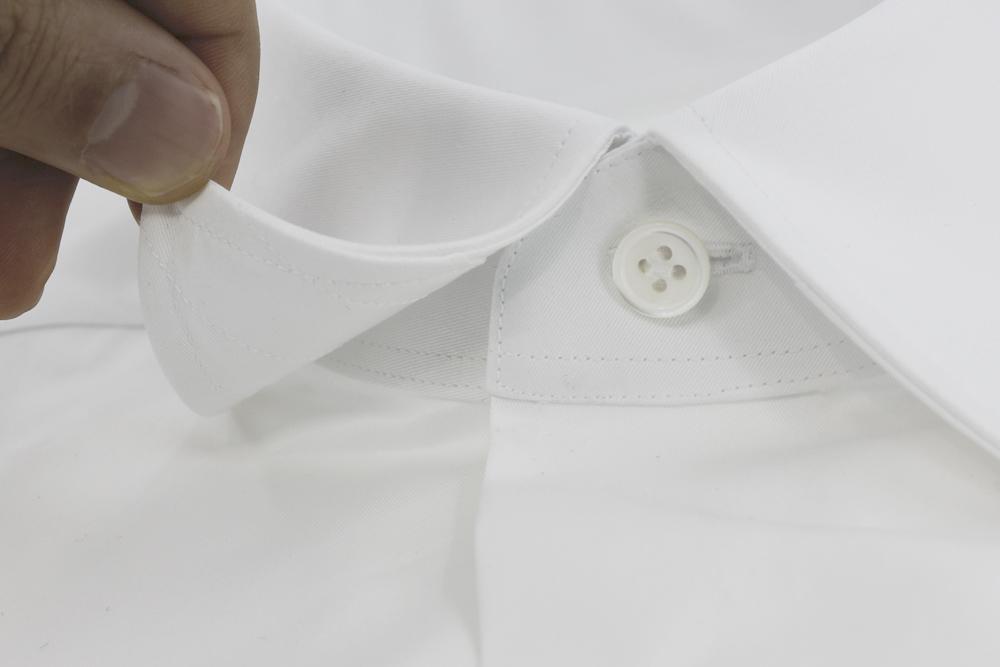 col souple sur chemise blanche