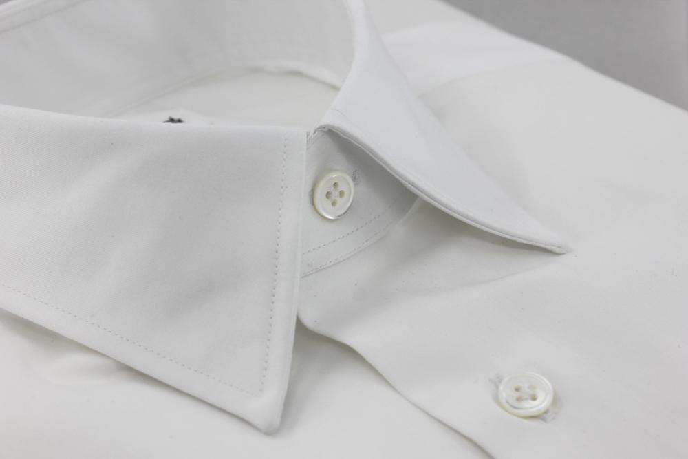 col classique sur une chemise blanche