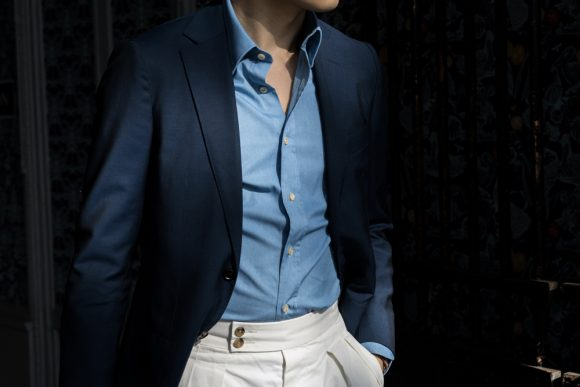 chemise en jeans délavé pantalon blanc et blazer bleu