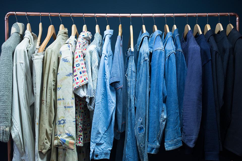 portant vêtements vintage