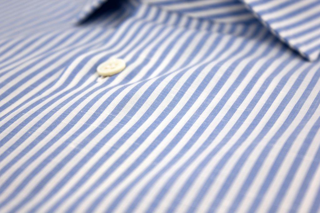 Chemise en coton et lin avec des rayures bâton bleu