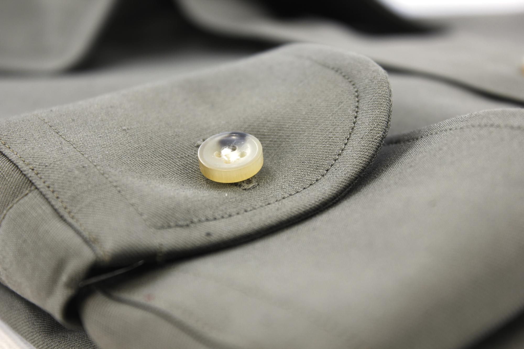 poignet-classique-arrondi-bouton-en-corne-chemise-vert-olive-en-coton-lin
