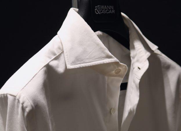 La chemise en velours blanc cassé