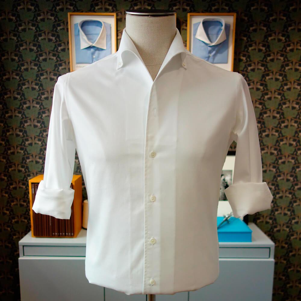 chemise blanche au col ouvert manches retroussées