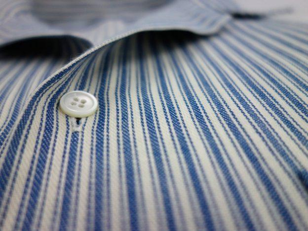details bouton en nacre tissu denim raye