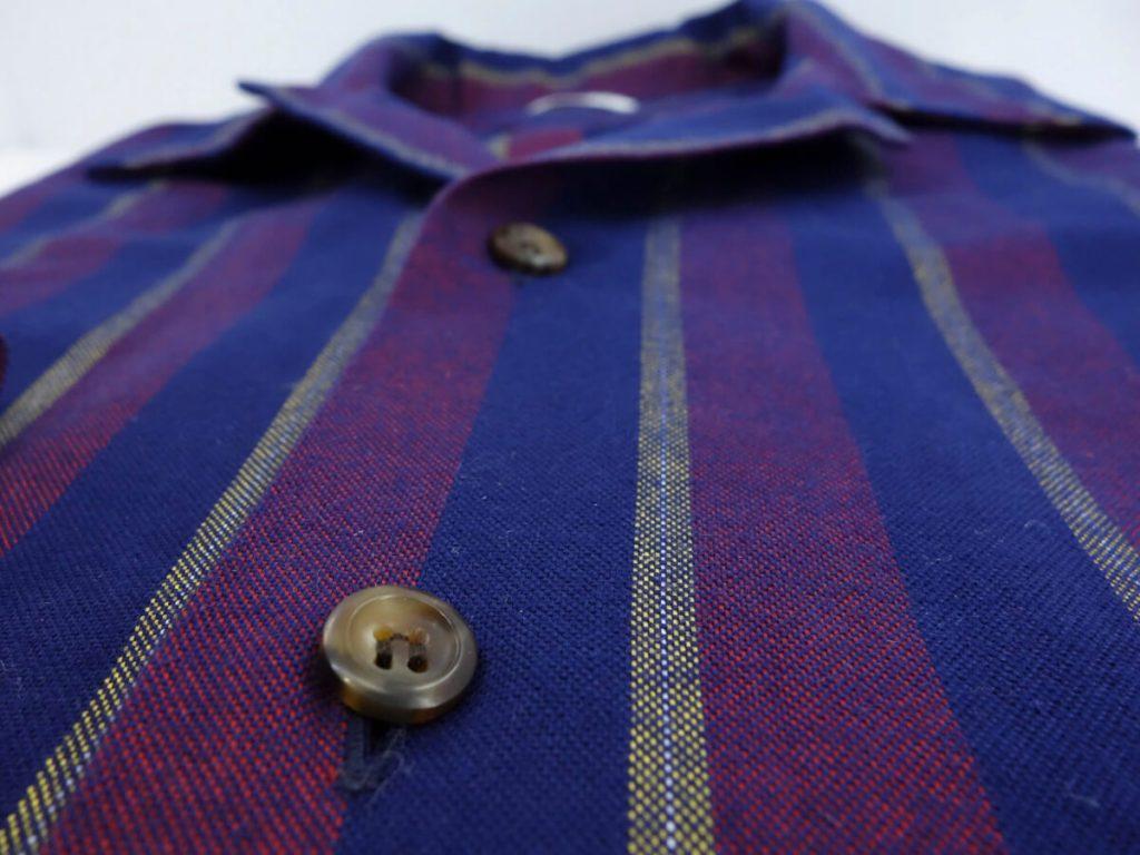 zoom details tissu oxford chemise rayé bleu bordeaux